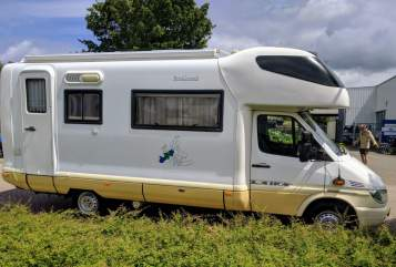 Hire a motorhome in Twello from private owners| Laika Kreos 3004 E Mercedes Benz 316 CDI Sprintshift automatik Happy Go Camper