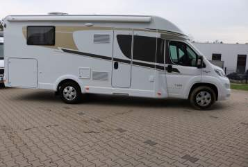 Hire a motorhome in Wiehl from private owners| Carado KnokkeT449(2)