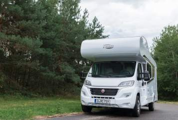 Hire a motorhome in Düsseldorf from private owners| Carado Maxi A 464 2020