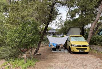 Hire a motorhome in Stuttgart from private owners| Volkswagen YellowSubmarine