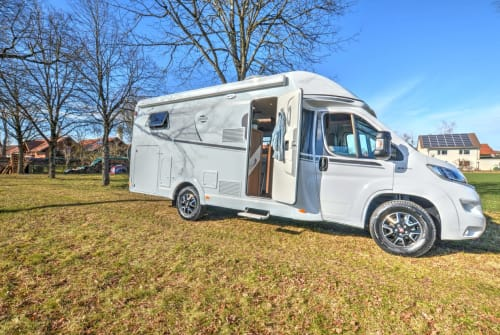 Hire a motorhome in Neubiberg from private owners| Carado Rosalie