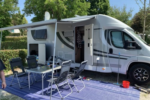 Hire a motorhome in Erding from private owners| Orange Camp Caravelle