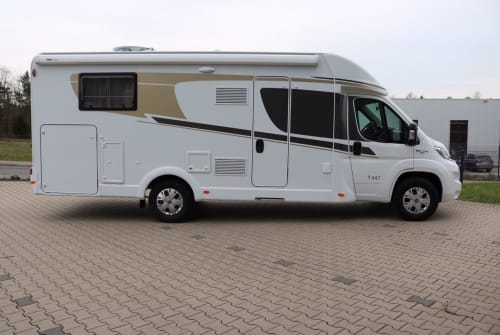 Hire a motorhome in Wiehl from private owners  Carado MadeiraT449(3)