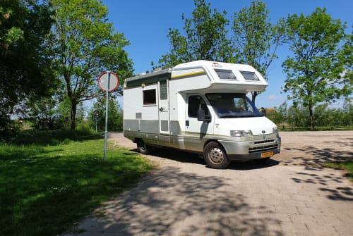 Hire a motorhome in Spijkenisse from private owners| Laika De Mee Support