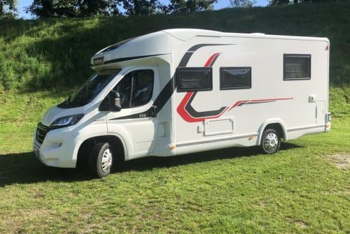 Hire a motorhome in München from private owners| Challenger Holiday Castle