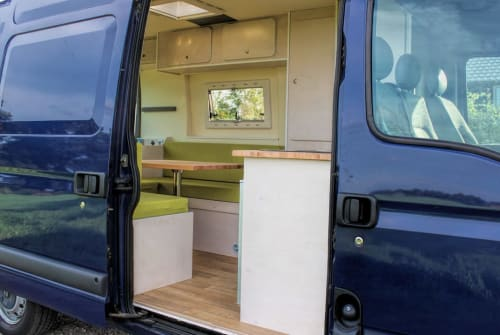 Hire a motorhome in Gemert from private owners| Renault Blauwe Barrie