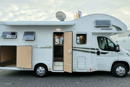 Hire a motorhome in Moers from private owners| XGO mywomo-XL