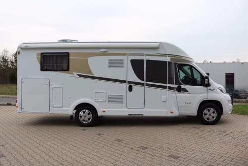 Hire a motorhome in Wiehl from private owners  Carado GranCanaT447(3)